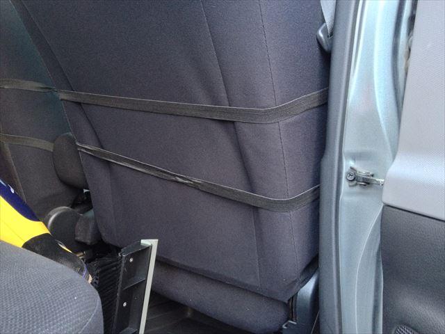 シートの背もたれに通します。