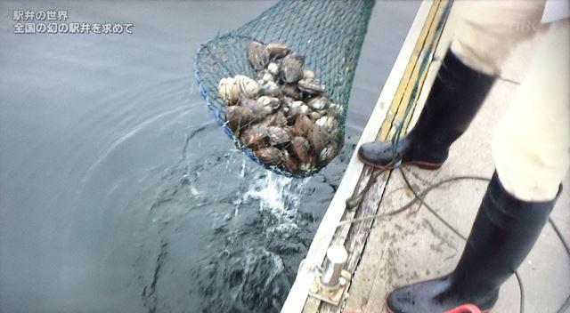関根さん自ら北寄貝を水揚げ