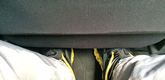 足はフロントシートの下へ