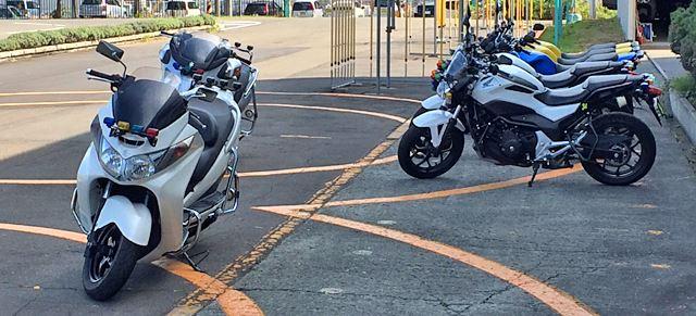 コース脇には教習バイクが