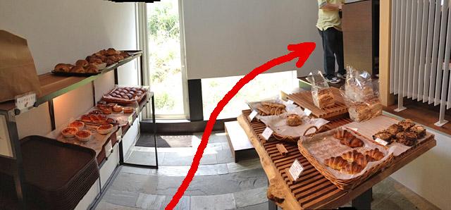 入口を開けるとまずパン屋