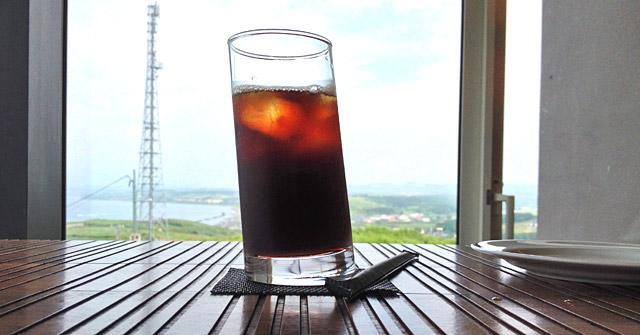 ピサの斜塔的な斜めになったグラスとアイスコーヒー