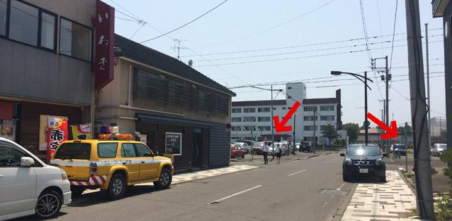 横の病院の駐車場を借りました。