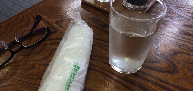 お絞りと冷たい水。