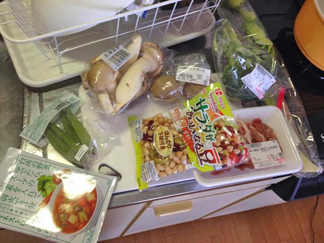 野菜と豚肉。さらにミネストローネの素
