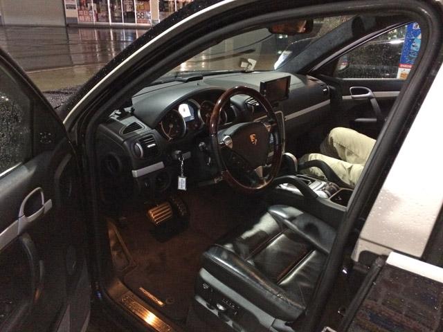 初代カイエンターボの左ハンドル運転席