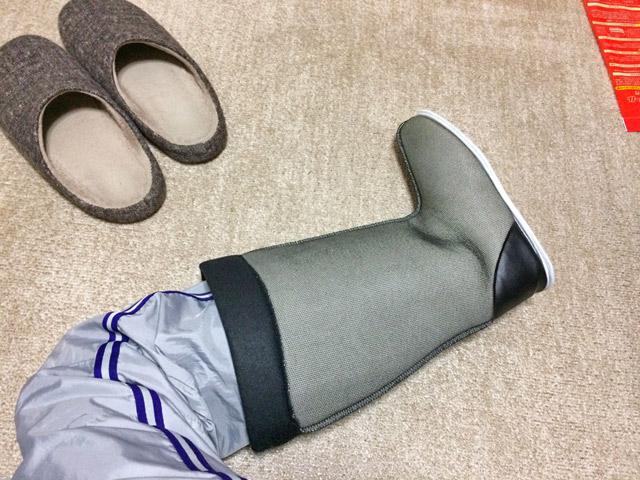 室内用ブーツを履く。