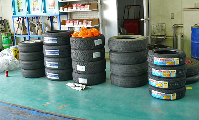 たくさんのタイヤが装着を心待ちにしています。