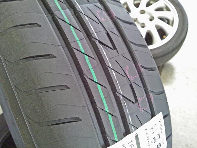 新品タイヤの緑のライン
