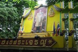 国王の写真が街中に貼られている
