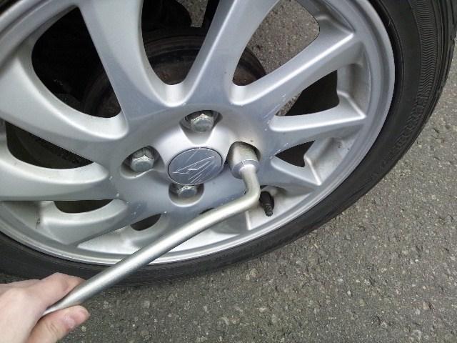 タイヤナットを締めるには右回り。