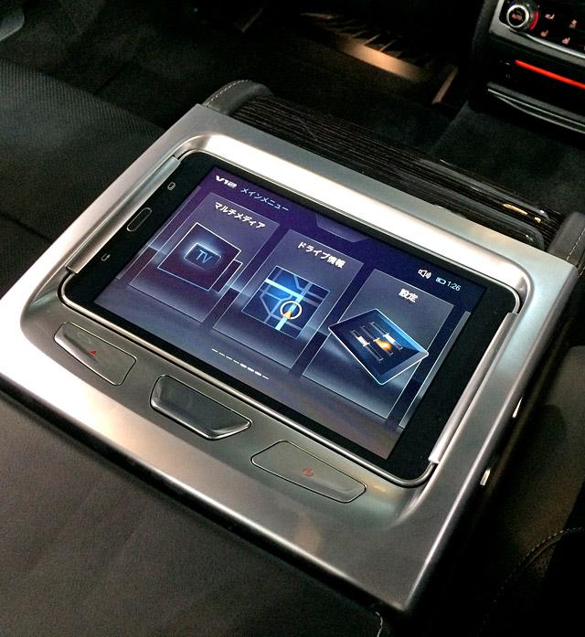 M760Li xDrive-肘掛にタブレット