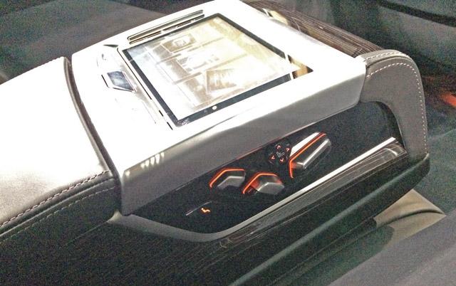 M760Li xDrive-肘掛側面にパワーシートスイッチ