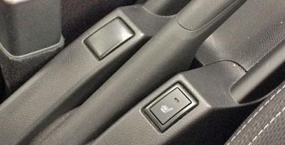 運転席のみシートヒーター。助手席はありません。