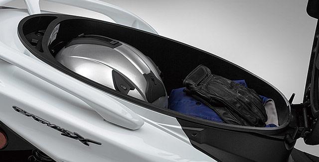空冷シグナスX-SRのシート下、フルフェイスヘルメット収納