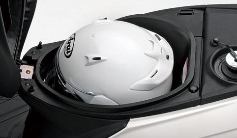 新型アドレス125のシート下、フルフェイスヘルメット収納
