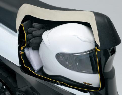 新型アドレス110のシート下、フルフェイスヘルメット収納