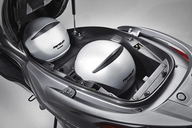 カワサキJ125,キムコ新型DownTown125iのシート下、フルフェイスヘルメット収納
