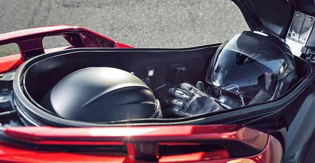 ヤマハ・新型X-MAX125のシート下、フルフェイスヘルメット収納