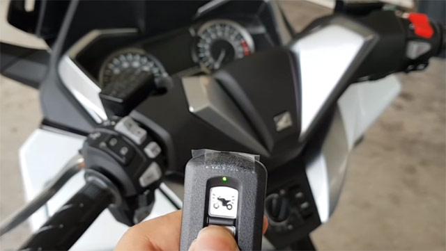 新型フォルツァ125のスマートキー操作
