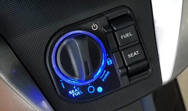 新型フォルツァ125のシート開閉ボタン
