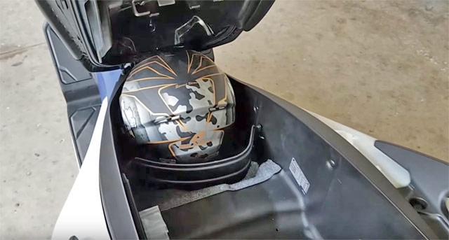 新型フォルツァ125のシート下、フルフェイスヘルメット収納