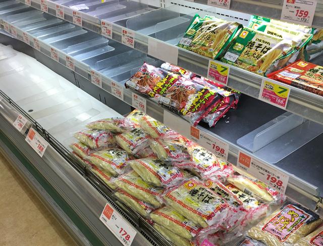加工食品も品薄。焼き蕎麦麺は販売中。