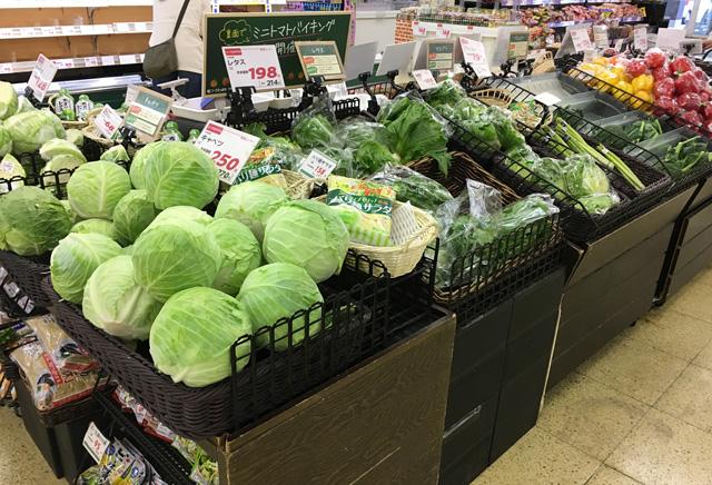 キャベツなど葉物野菜が売られていた。