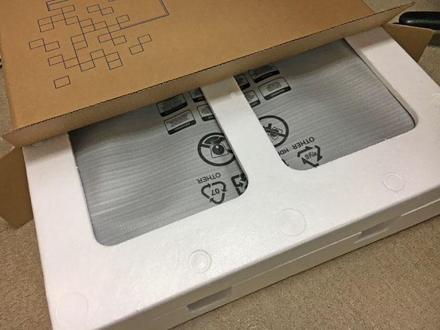 モニターは発泡スチロールで梱包されてます。