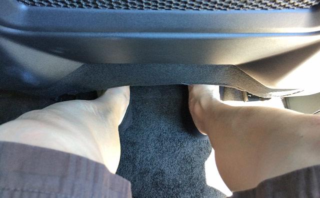 足元は狭い。