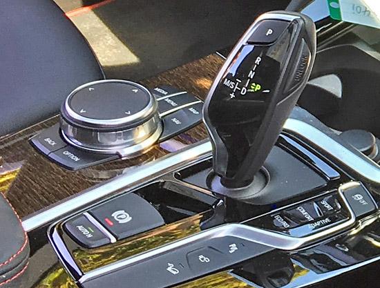 BMW X4 M40iのシフトレバーとi-driveコマンダー