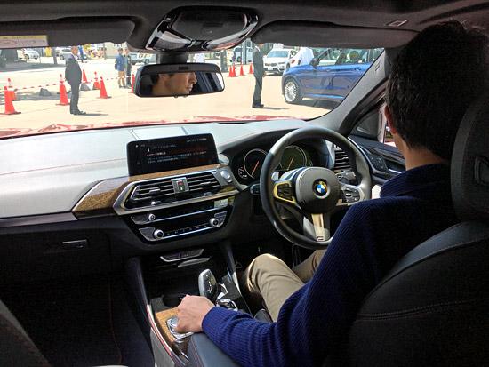 BMW X4 M40iの後席で試乗しました。