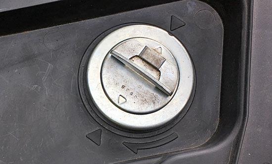 シート下の給油口のキャップ