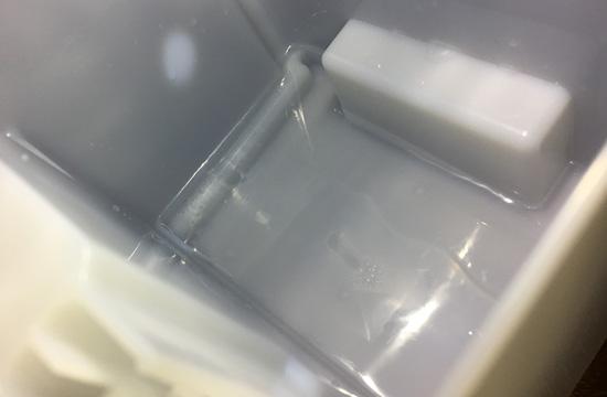 除湿された水がタンクに溜まっています。