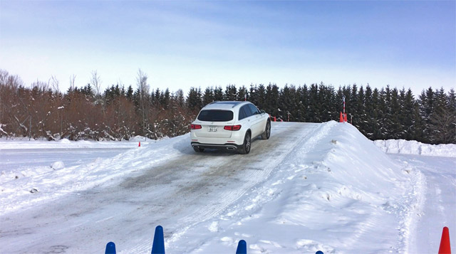 GLC220d 4maticで雪の坂道発進2