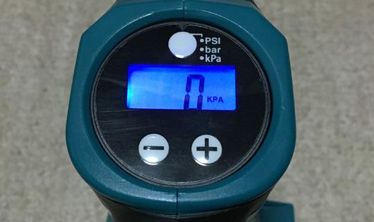 液晶パネルはブルーのバックライトが点灯します。