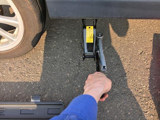 タイヤ交換後はステムバルブを緩めます。