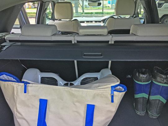 ヴェラールの荷室は十分な広さを確保している。