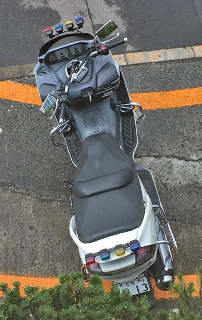 停車時に左に切られたハンドル