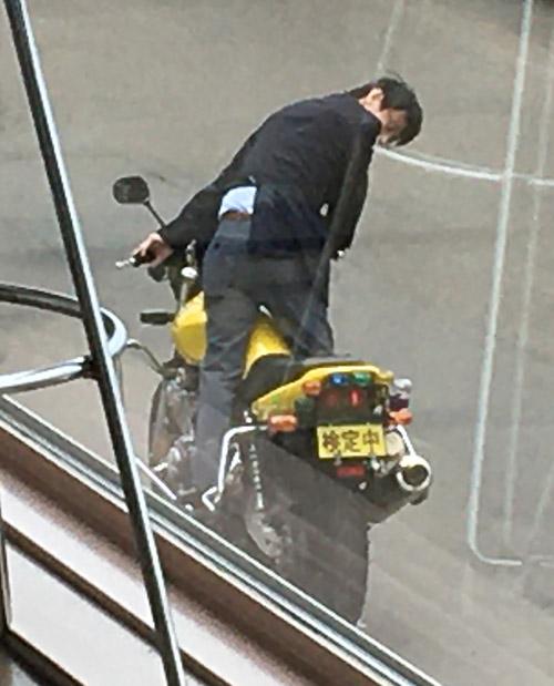 バイクにまたがる試験官。