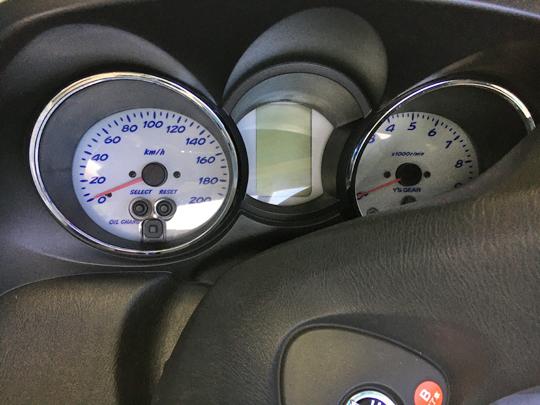 グランドマジェスティ400のスピードメーター。青色文字がポップ