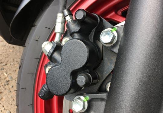 バーグマン400の油圧ブレーキキャリパー