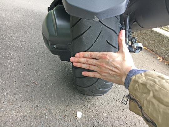 タイヤが太くなるとバイクの安定性と直進性能が向上します
