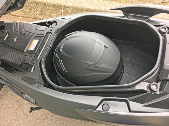 バーグマン400にジェットヘルメットが入ります。