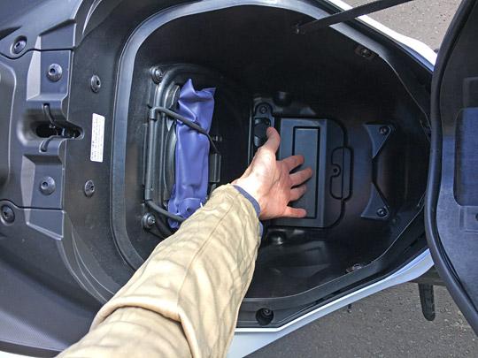 収納スペースはメットが入るほど大きい容量で深い