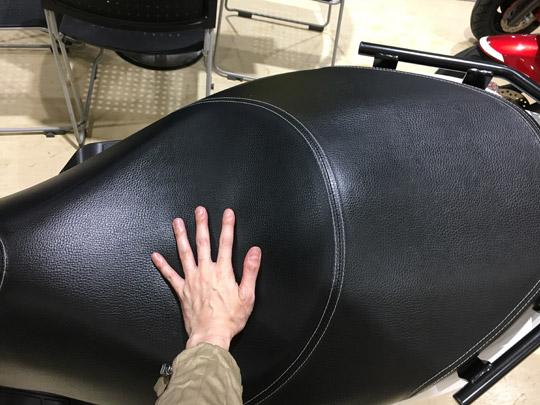 バーグマン200のシートは大きい。