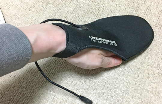 足の甲を被せるように使います。