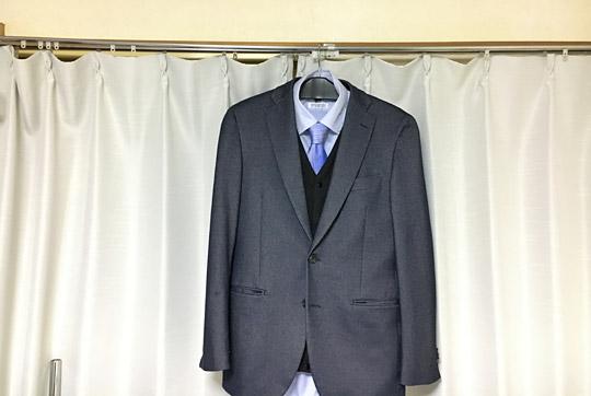 EK-108の上にスーツ上着