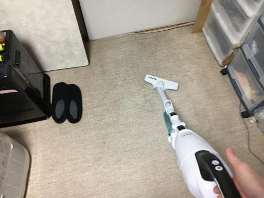 マキタのサイクロン掃除機で絨毯を掃除中。
