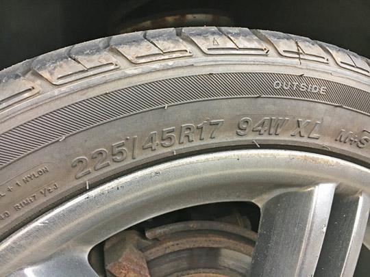 タイヤサイズは225/45R17